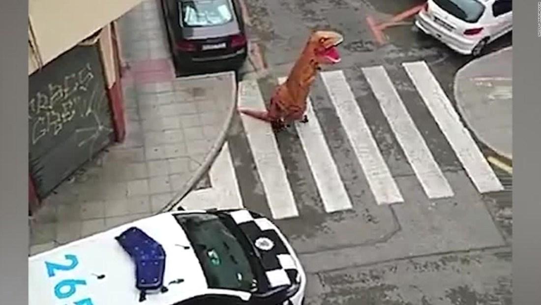 Detienen a persona disfrazada de dinosaurio