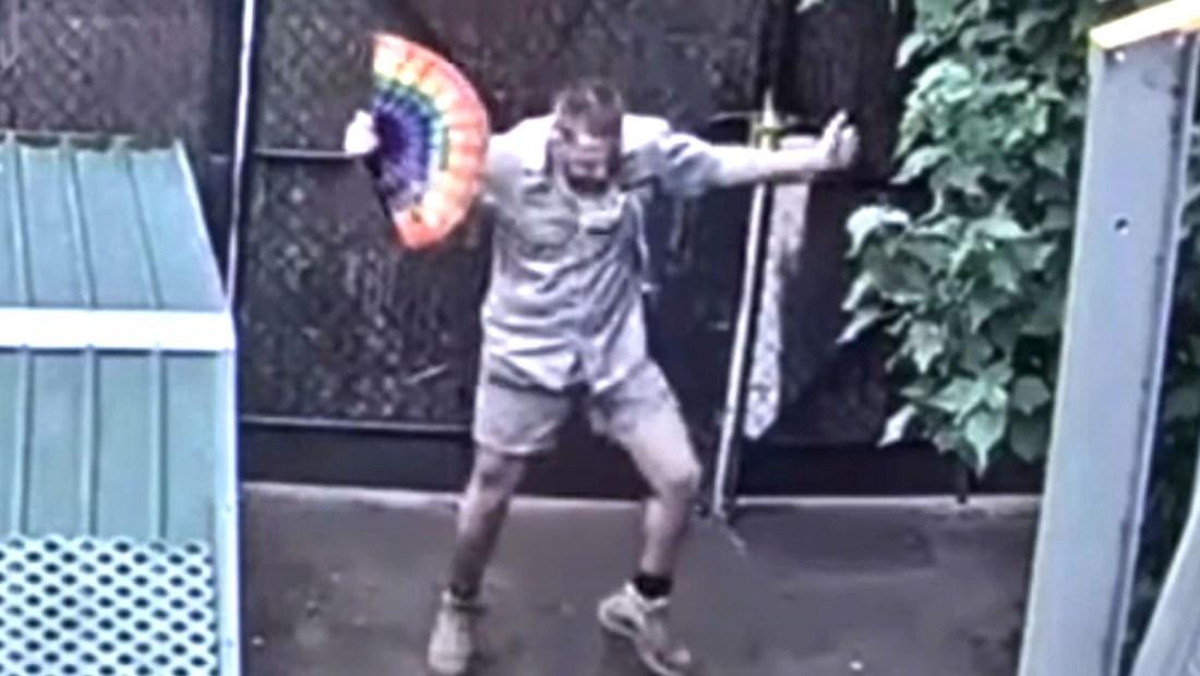 Cuidador de un zoológico deleita con un baile a miles