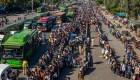 Miles de personas intentan salir de grandes ciudades en la India