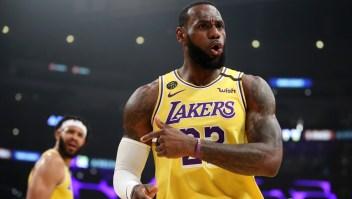 LeBron James (23) y JaVale McGee (7) de Los Angeles Lakers contra los Philadelphia 76ers durante la primera mitad en el Staples Center el 03 de marzo de 2020 en Los Ángeles, California. Crédito: Foto de Katelyn Mulcahy / Getty Images