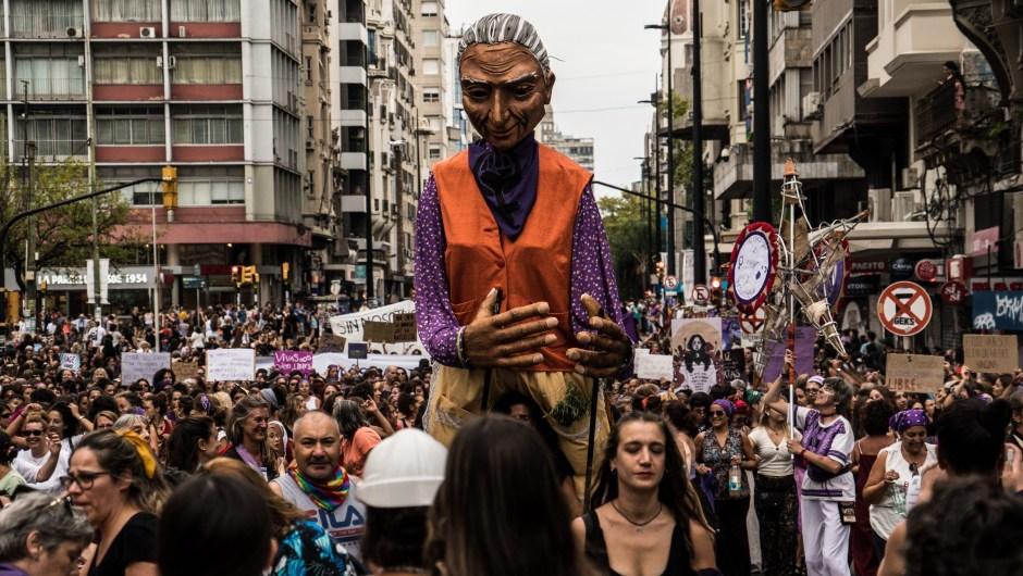 Decenas de miles de mujeres desfilaron por el centro de Montevideo en una de las marchas feministas más masivas de la región
