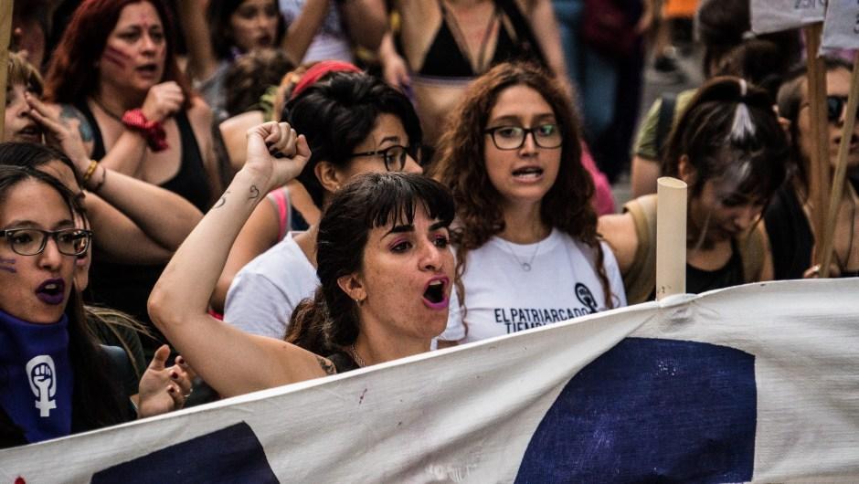 """Decenas de miles de mujeres desfilaron por el centro de Montevideo, en una de las marchas feministas más masivas de la región. Bajo la consigna de """"más feminismo, mejor democracia"""", la principal avenida de la capital uruguaya estuvo abarrotada durante el domingo, en reclamo de igualdad y del fin de los feminicidios. Familias, niñas y niños, acompañaron a una gigantesca mayoría de mujeres, bajo una fuerte medida de seguridad instalada por el gobierno para proteger a una iglesia que en el pasado había recibido pintadas"""