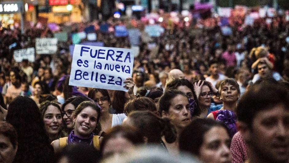 Decenas de miles de mujeres desfilaron por el centro de Montevideo en una de las marchas feministas más masivas de la región.