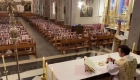 Sacerdote da misa con fotos de feligreses