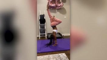 Simone Biles se quita la ropa en un desafío casi imposible
