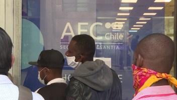 Largas filas para pedir subsidios de desempleo en Chile