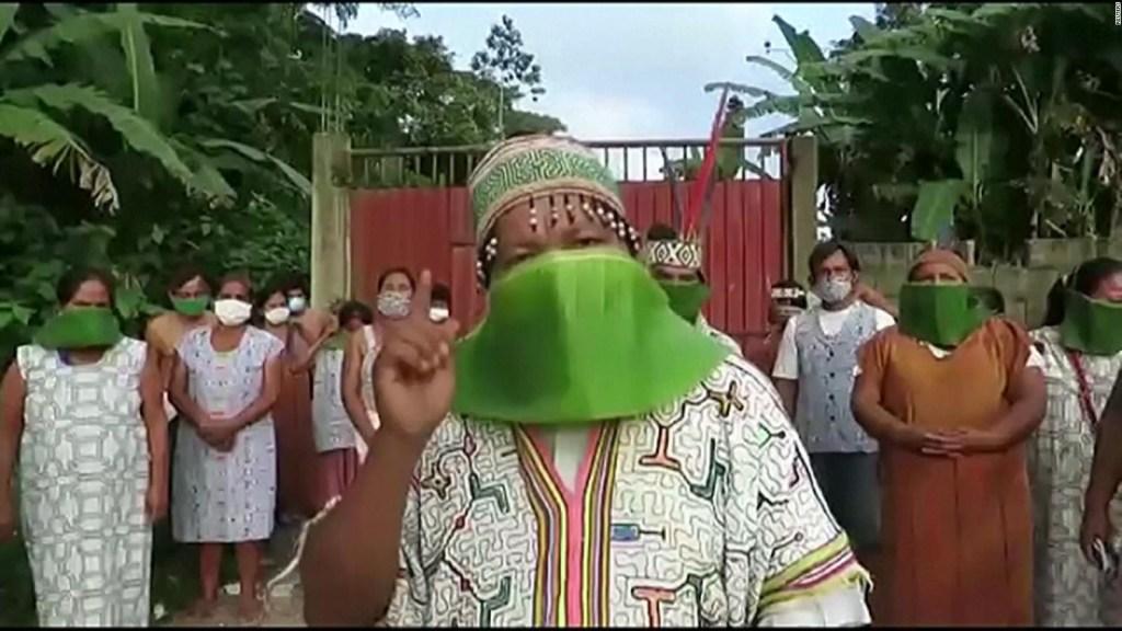 Indígenas de Perú usan tapabocas de hojas de banana contra el covid-19