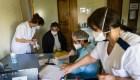 Preocupan los contagios y las bajas de médicos en el sector salud de Argentina
