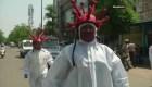 """""""Policías zombies del coronavirus"""" concientizan en la India"""