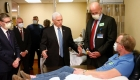 Mike Pence visita un hospital sin mascarilla