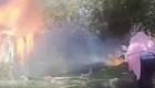 Policía rescata a perro en un incendio
