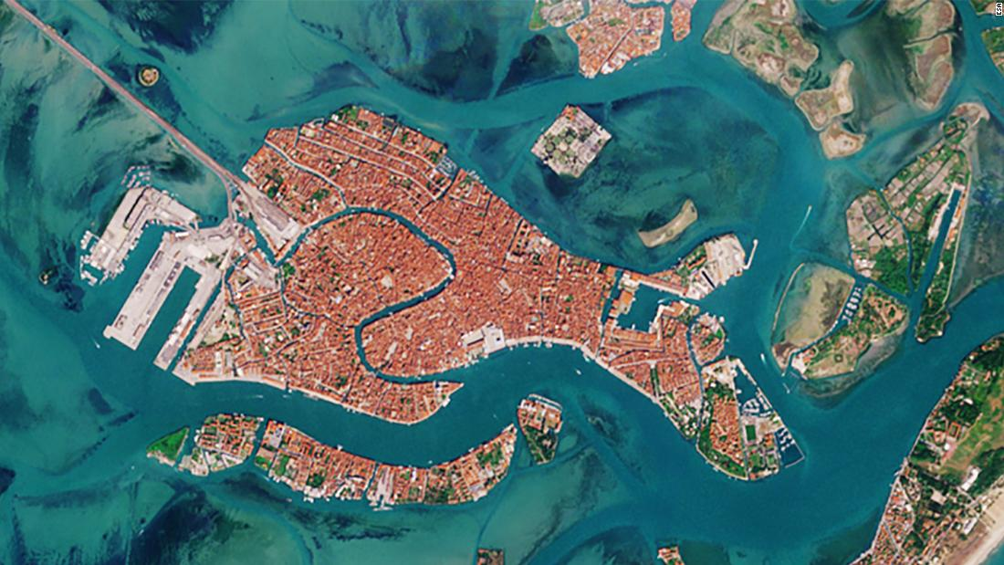 Las imágenes de Venecia desde el espacio muestran cómo el coronavirus ha cambiado los canales icónicos de la ciudad