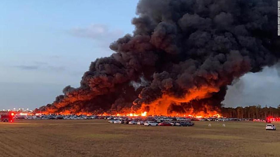 Un incendio en un aeropuerto de Florida destruyó más de 3.500 autos de alquiler