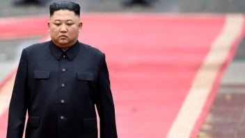 TOPSHOT - North Korea's leader Kim Jong Un attends a welcoming ceremony and review an honour guard at the Presidential Palace in Hanoi on March 1, 2019. (Photo by MANAN VATSYAYANA / POOL / AFP) (Photo credit should read MANAN VATSYAYANA/AFP via Getty Images)