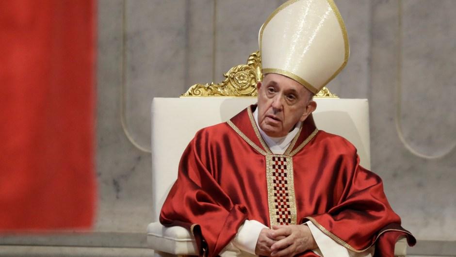 El Papa Francisco durante la celebración del Viernes Santo en la Basílica de San Pedro en el Vaticano el 10 de abril de 2020. Crédito: ANDREW MEDICHINI / POOL / AFP a través de Getty Images