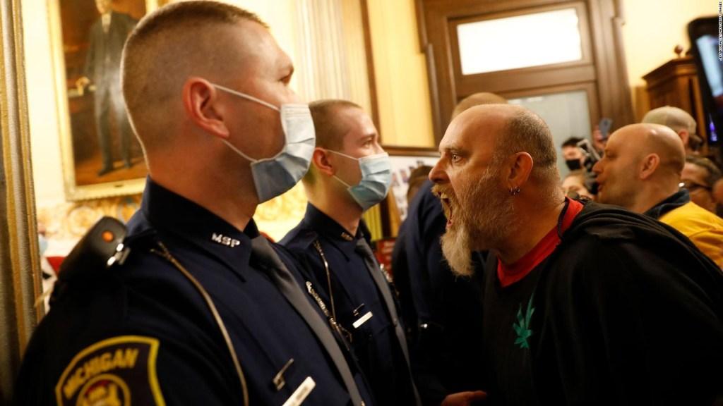 Cuarentena: protesta con armas en el capitolio de Michigan