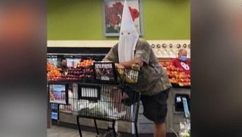 Hombre hace compras con lo que parece una capucha del KKK
