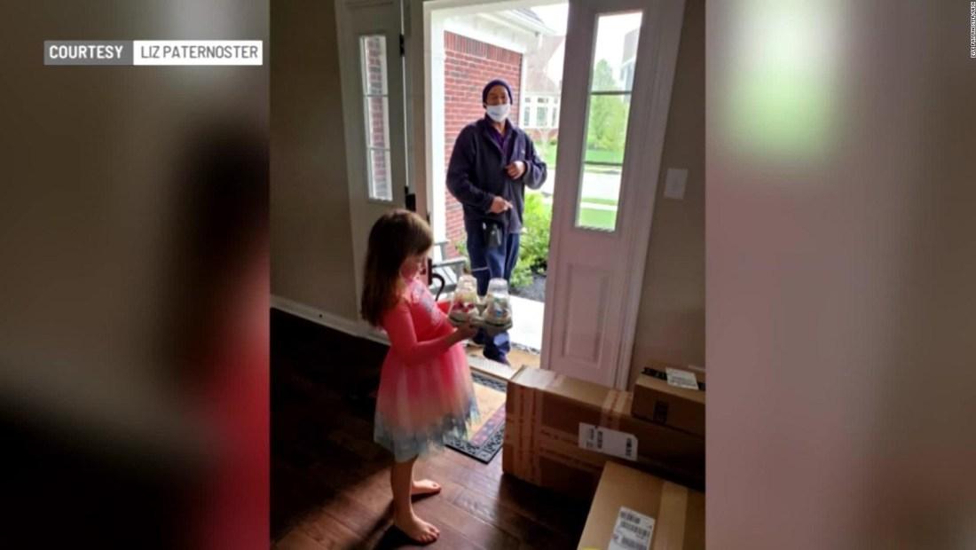Trabajador de FedEx le alegra el día a una pequeña