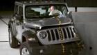 Jeep se voltea durante una prueba de choque