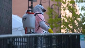 Inmigrantes latinos desinfectan calles de Nueva York
