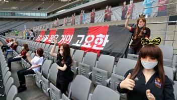 Polémica por fanáticas falsas en un estadio de fútbol