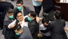 Golpes y empujones en el Parlamento de Hong Kong