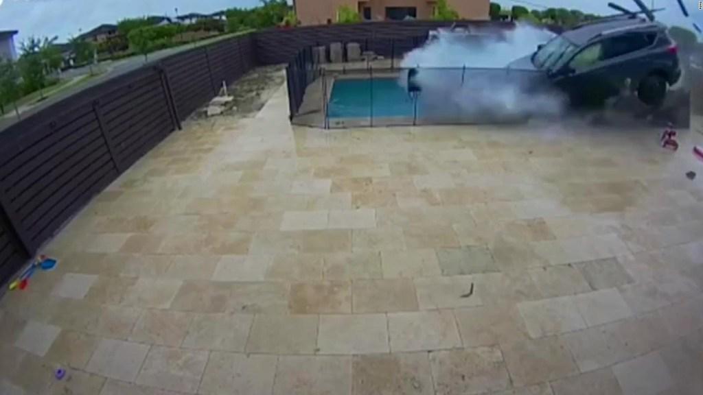 Camioneta vuelca y sobrevuela una piscina sin herir a nadie