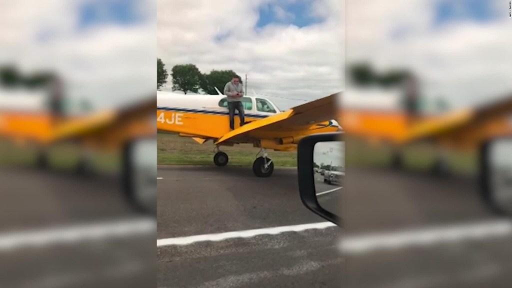 Un avión aterriza de emergencia en una autopista