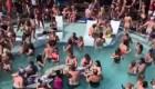 Fiesta en una piscina sin distanciamiento físico