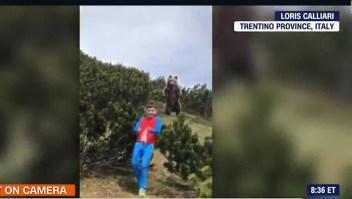 Niño escapa tranquilamente de un oso que lo seguía