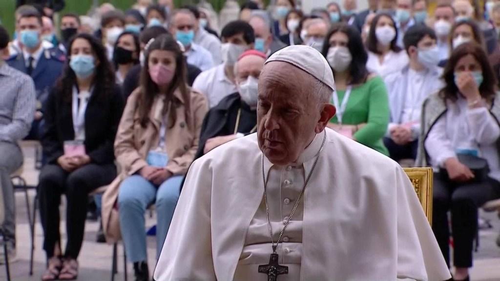 El papa Francisco reza por las víctimas de la pandemia