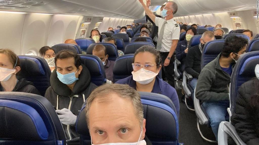 United Airlines dijo que trataría de mantener vacíos los asientos intermedios. Esta foto muestra un vuelo casi completo