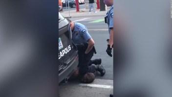 Cuatro policías de Minneapolis despedidos después de que el video muestra a uno arrodillado sobre el cuello de un hombre negro que luego murió