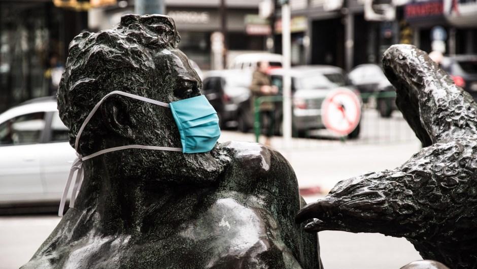 covid19-uruguay-mascarillas-monumentos