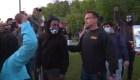 Sheriff se une a manifestantes pacíficos por George Floyd