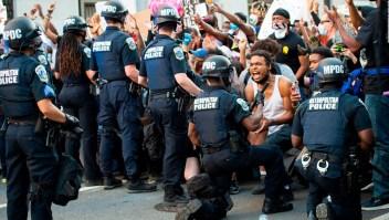 Policías se arrodillan en solidaridad con manifestantes