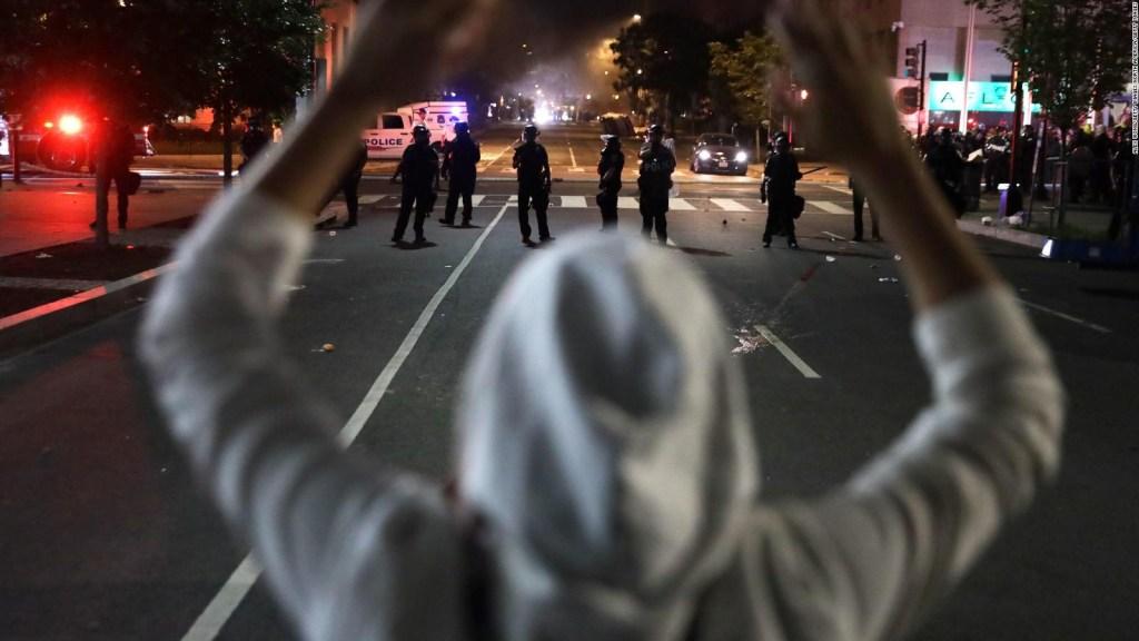 ¿Qué hacer con un policía que muestra ser racista?