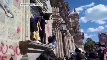 Protesta violenta por joven que murió bajo custodia policial