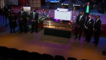 """""""Dejen de tener su rodilla en nuestros cuellos"""" dice reverendo en funeral privado de Floyd"""