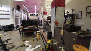Latinos lamentan la destrucción de sus negocios