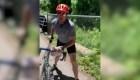 Ciclista ataca a jóvenes que colgaban volantes