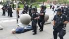 En condición crítica hombre de 75 años empujado por dos policías en Nueva York
