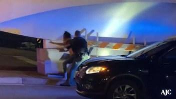 Graban a policía de Atlanta golpeando a una mujer
