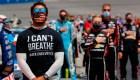 Los motores de NASCAR rugen contra el racismo