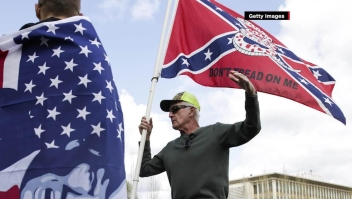 El debate de remover estatuas y banderas en EE.UU.