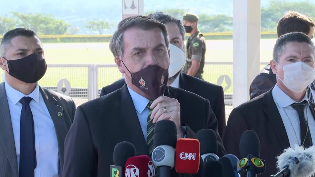 Obligan a Bolsonaro a usar la mascarilla en público