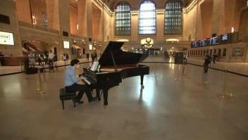 Pianista recibe a pasajeros en Grand Central