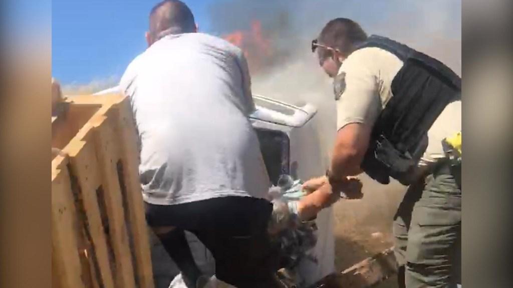 Salvan a un hombre atrapado en una camioneta en llamas