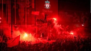 La afición del Liverpool festeja sin medidas por el covid-19