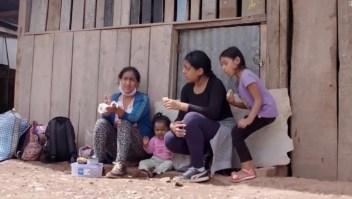 Caminó cientos de kilómetros con sus hijas hacia el Amazonas para escapar de covid-19